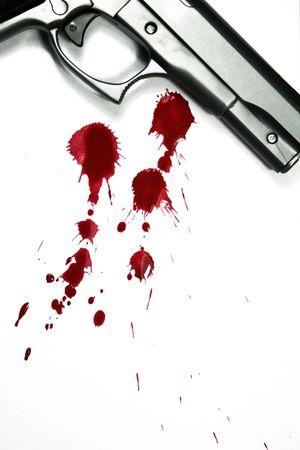 escena del crimen: Arma de mano y la sangre salpique. Asesinato de escena Foto de archivo