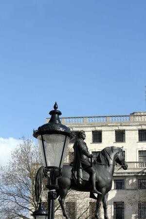 Une statue du duc de Wellington, situ� � Trafalgar Square, Londres. Une lampe de rue victorienne � l'avant-plan avec le Mus�e des beaux-arts � l'arri�re-plan. Banque d'images - 4383479