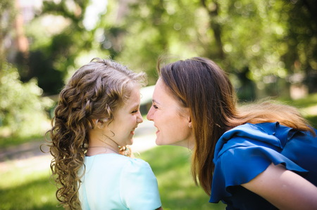 Happy mother and daughter together outdoors in a park Imagens - 121817441