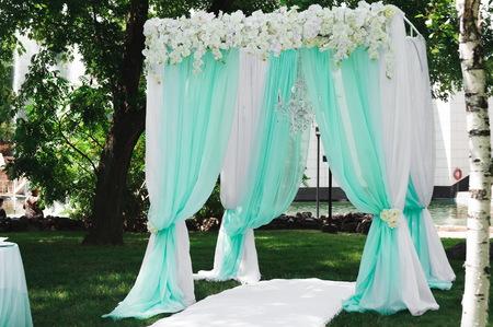 decoración de la ceremonia de la boda, hermosa decoración de la boda, flores. Foto de archivo