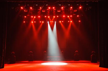 Freie Bühne mit Lichtern, Beleuchtungsgeräten. Hintergrund