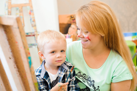 Mother and child draw a picture paints, art lesson Imagens - 121834263