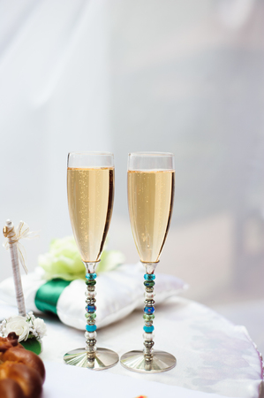 wedding ceremony decoration, two glasses of champagne. Imagens