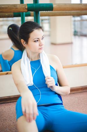 joven mujer sana agua potable en fitness Foto de archivo