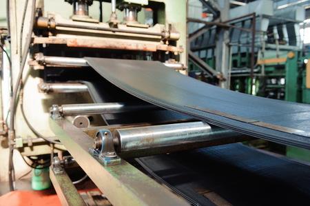 Une presse puissante pour la création de produits en caoutchouc à partir de caoutchouc.