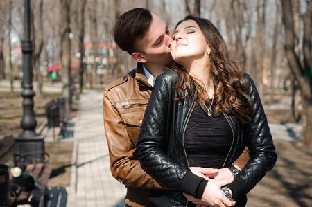 Retrato, de, pareja joven, enamorado, en, un, parque