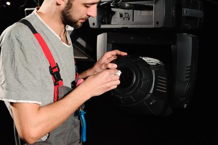 L'ingénieur de réparation d'équipement diagnostique la panne de lumière