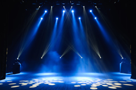 Escenario libre con luces, dispositivos de iluminación. Fondo Foto de archivo