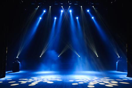 Freie Bühne mit Lichtern, Beleuchtungsgeräten. Hintergrund Standard-Bild