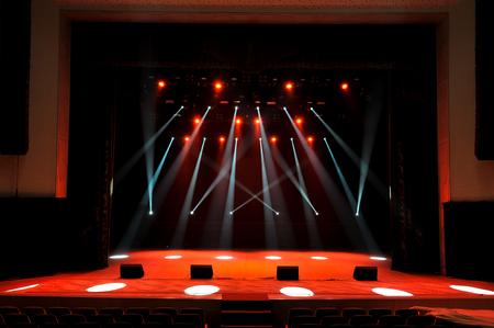 Freie Bühne mit Lichtern, Beleuchtungsgeräten. Nachtshow. Standard-Bild
