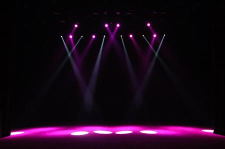 Scène gratuite avec lumières, dispositifs d'éclairage. Spectacle nocturne.
