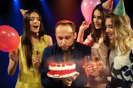 una giovane compagnia allegra festeggia il compleanno in una discoteca