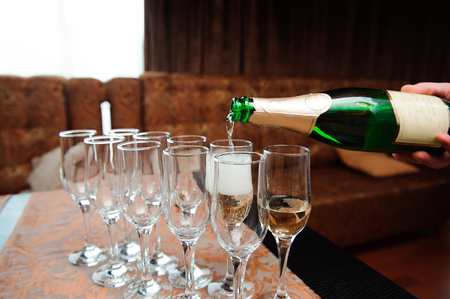 Waiter pours champagne in glasses, luxury event. Banque d'images
