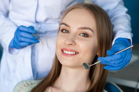Dentist examining a patients teeth. Dental clinic. 写真素材 - 122373532