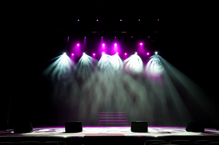 Escenario libre con luces, luz con focos de colores y humo. Foto de archivo