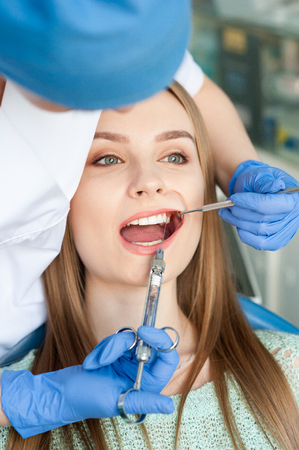 Dentist examining a patients teeth in the dental clinic. 写真素材 - 122561044
