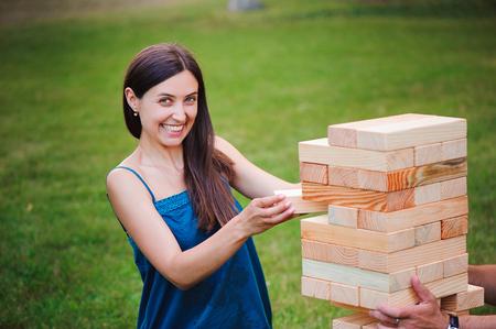 Juego de bloques gigantes al aire libre. La torre de bloques de madera.