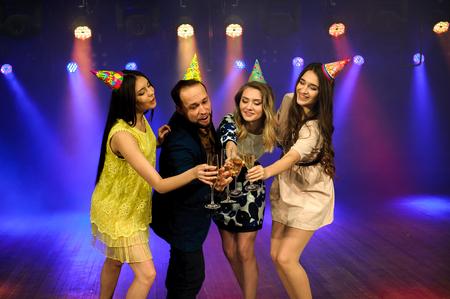 una giovane compagnia allegra festeggia il compleanno in una discoteca Archivio Fotografico