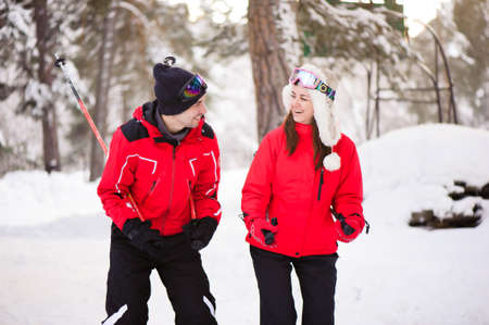 Skiing, snow, winter fun, happy family is skiing in the forest. 版權商用圖片