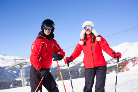 Friends going to ski in winter vacation - Young coulpe having fun doing extreme sport - Friendship and holidays concept 版權商用圖片
