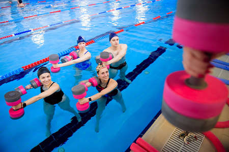 Avka aerobics in the swimming pool. A group of young people in training. Foto de archivo