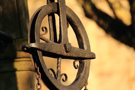 oud wiel van een katrol bij de put