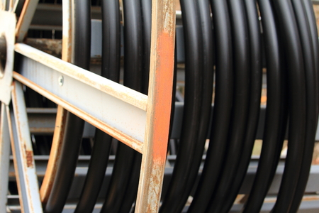 Câble de terre lourde sur un rouleau Banque d'images - 90792483