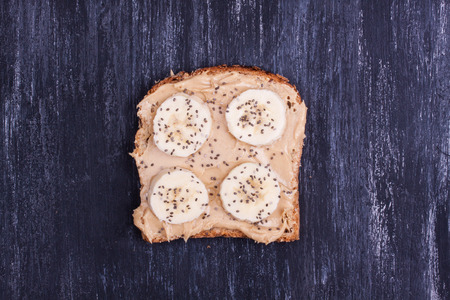 sanwich: sanwich with peanut butter and banana