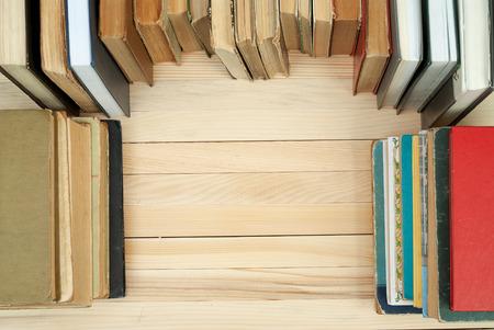 Stapel von Hardcover-Bücher auf Holztisch. Zurück zur Schule. Platz kopieren