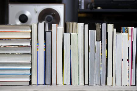 本、テーブルの上にハードバック本のスタック。トップ ビュー。 写真素材 - 109081053
