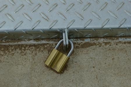 Seamless steel diamond plate with closed padlock