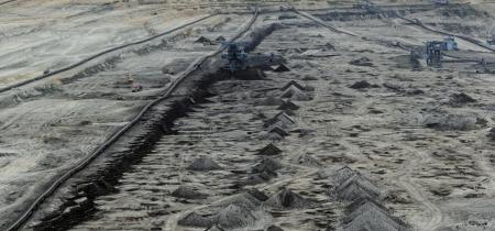 explocion: La minería del carbón en una mina a cielo abierto con enorme maquinaria industrial