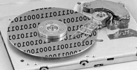 virus informatico: Internals de un disco duro de ordenador con reflexiones de números binarios (HDD, winchester) Foto de archivo