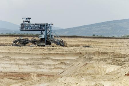 L'extraction du charbon dans une mine � ciel ouvert avec une �norme machine industrielle Banque d'images - 24154619