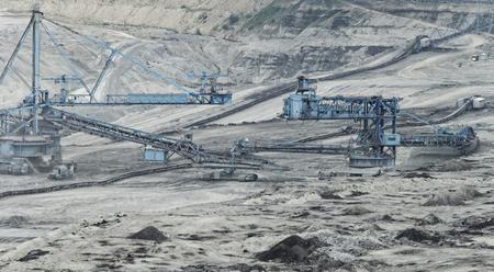 explocion: La minería del carbón en un hoyo abierto con enorme maquinaria industrial