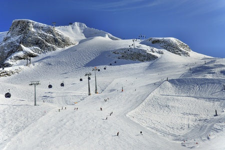 ski runs: Hintertux Glacier with gondolas, ski runs and skiers in Ziilertal Alps in Austria Stock Photo