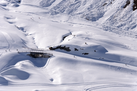 ski run: Ski pistes, skiers and bridge in Zillertal Alps in Austria  Stock Photo