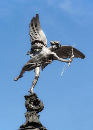 eros: Statua di Eros a Piccadilly Circus a Londra il cielo blu