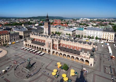 main market: Piazza del Mercato Rynek sala panno vecchio Sukiennice e torre del municipio a Cracovia Krakow Polonia. Vista aerea
