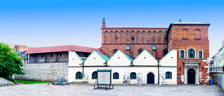 polska monument: KRAKOW, POLAND - JUNE 16, 2016: Old Synagogue in historic Jewish Kazimierz district of Cracow, Poland, and the memorial of Nazi victims killed here