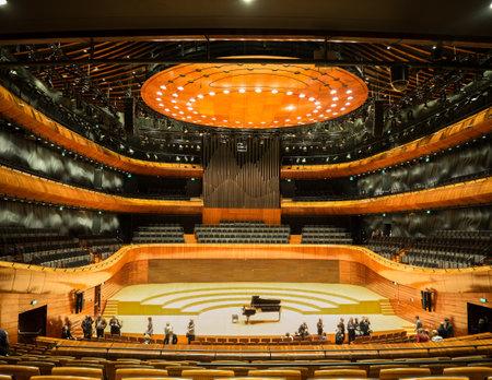 KATOWICE, POLSKA - 14 stycznia 2017: Wnętrze nowoczesnej sali koncertowej Narodowej Orkiestry Symfonicznej Polskiego Radia (NOSPR) w Katowicach. Publikacyjne