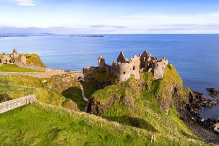 Ruïnes van middeleeuws kasteel Dunluce op een steile klif. Noordelijke kust van County Antrim, Noord-Ierland, Verenigd Koninkrijk. Luchtfoto. Stockfoto - 95750767