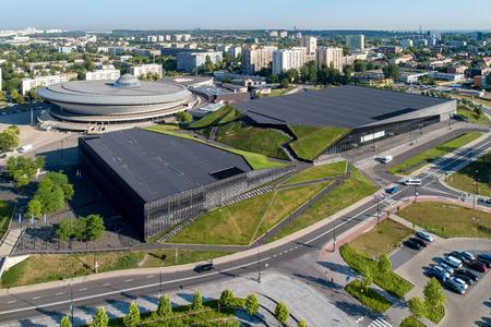 Widok z lotu ptaka na centrum Katowic z halą widowiskowo-sportową spodek (spodek), sztucznym kanionem, międzynarodowym centrum konferencyjnym i blokami mieszkalnymi Zdjęcie Seryjne