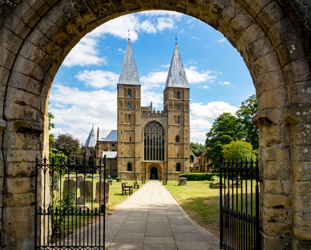 Southwell Mister and Romanesque Cathedral in Nottinghamshire, England, UK, viewed through the arcade of the main entry gate Banque d'images