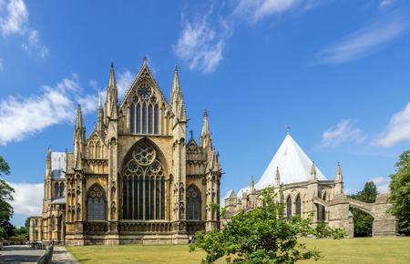 Gotische St. Mary Cathedral in Lincoln, Lincolnshire, England, UK. Presbyterium mit Rosetten und Spitzbogenfenstern mit Buntglas und Kapitelsaal mit Strebebögen