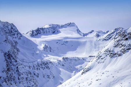 Impianti di risalita, piste e piste sul ghiacciaio Rettenbach nella località sciistica di Solden nelle Alpi Otztal in Tirolo, Austria.