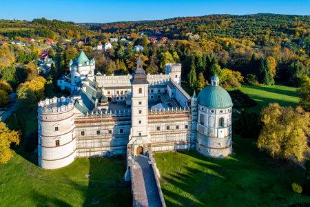 Renaissance castle and park in Krasiczyn near Przemysl , Poland. Aerial view in fall in sunset light 新聞圖片