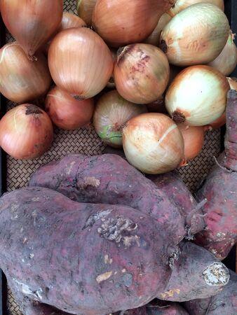 cebollas: Primer de las cebollas y yuca Foto de archivo