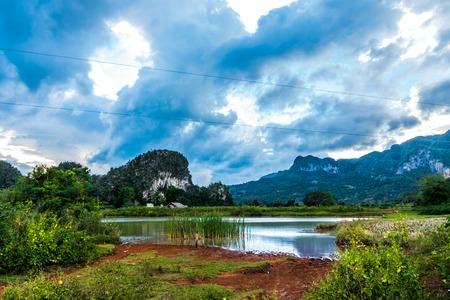 Opinião do vale dos cumes ales em Cuba. Natureza irreal com lagos, montanha, árvores, vida selvagem Foto de archivo