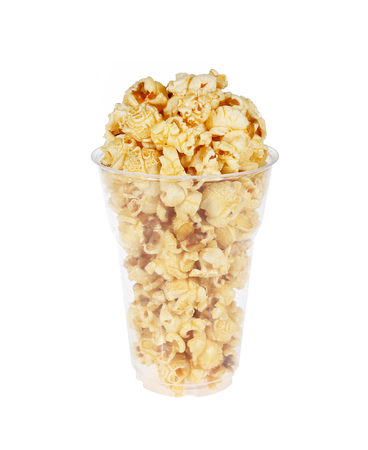 Popcorn in plastic glas op een witte achtergrond